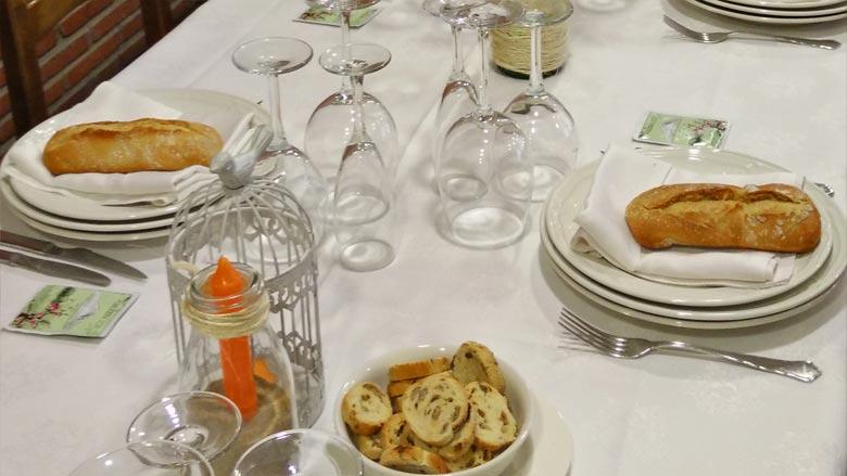 Preparado la mesa en el comedor del restaurante Ibaigane